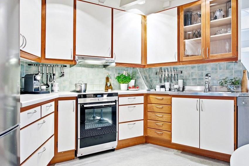 Кухня в коричнево-белых тонах