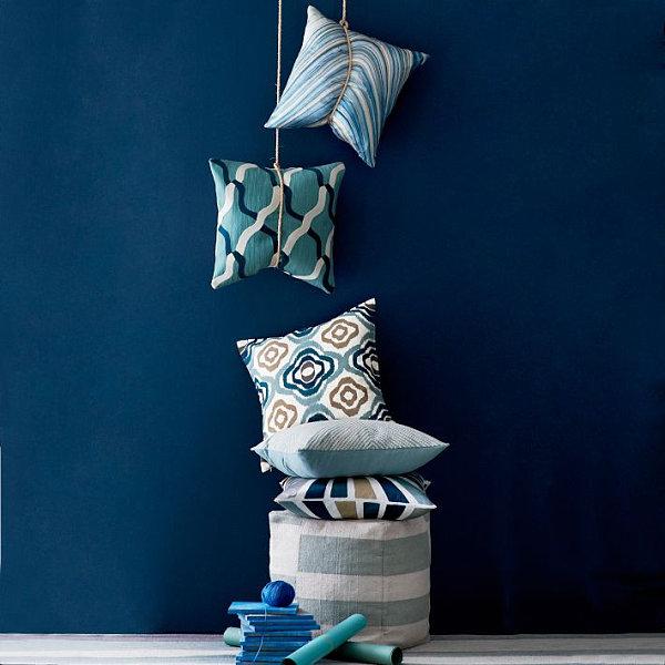 Декоративные подушки в серо-голубых тонах