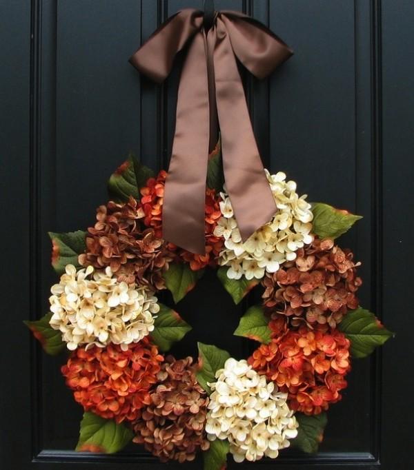 Венок из цветов на дверях