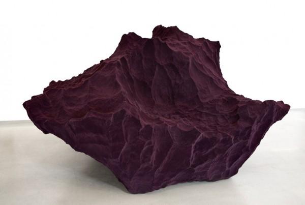 Элемент из авангардной коллекции в бордовом цвете