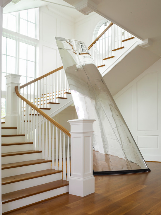 Крыло самолёта у лестницы