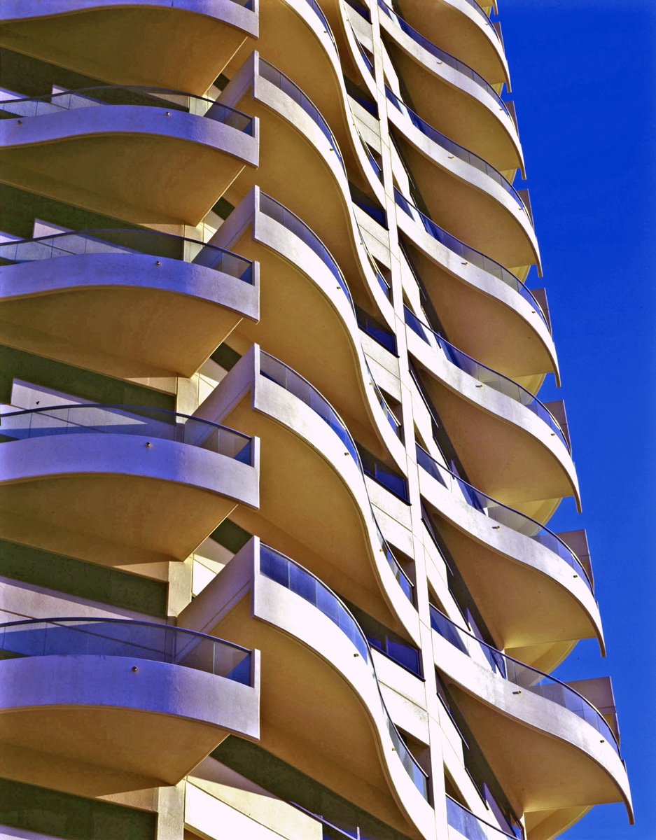 Изогнутые балконы здания в стиле модернизма по проекту Гарри Сайдлера