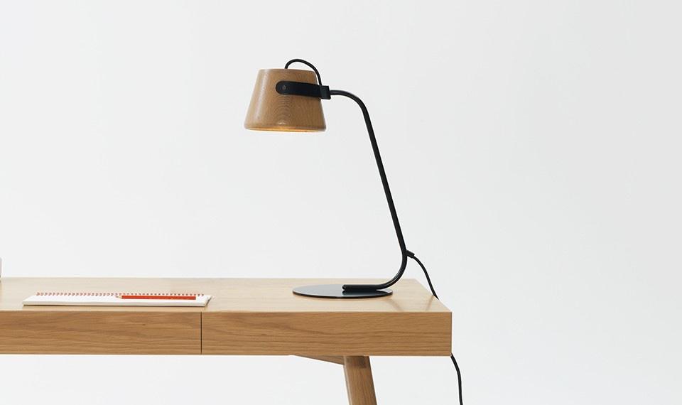 Австралийские дизайнеры - настольная лампа с деревянным абажуром