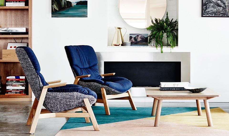 Деревянный журнальный столик и кресла с тканевой обивкой синего цвета от австралийских дизайнеров Nick и Mike Garnham
