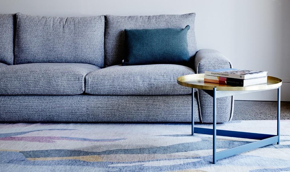 Серый диван и металлический журнальный столик от австралийских дизайнеров компании Jardan