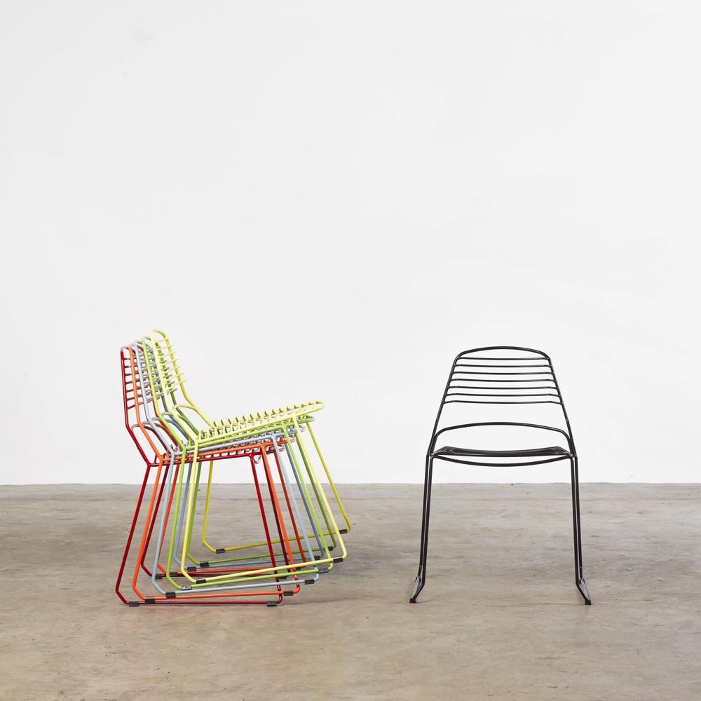 Разноцветные стулья из металла для террасы от австралийского дизайнера Justin Hutchinson