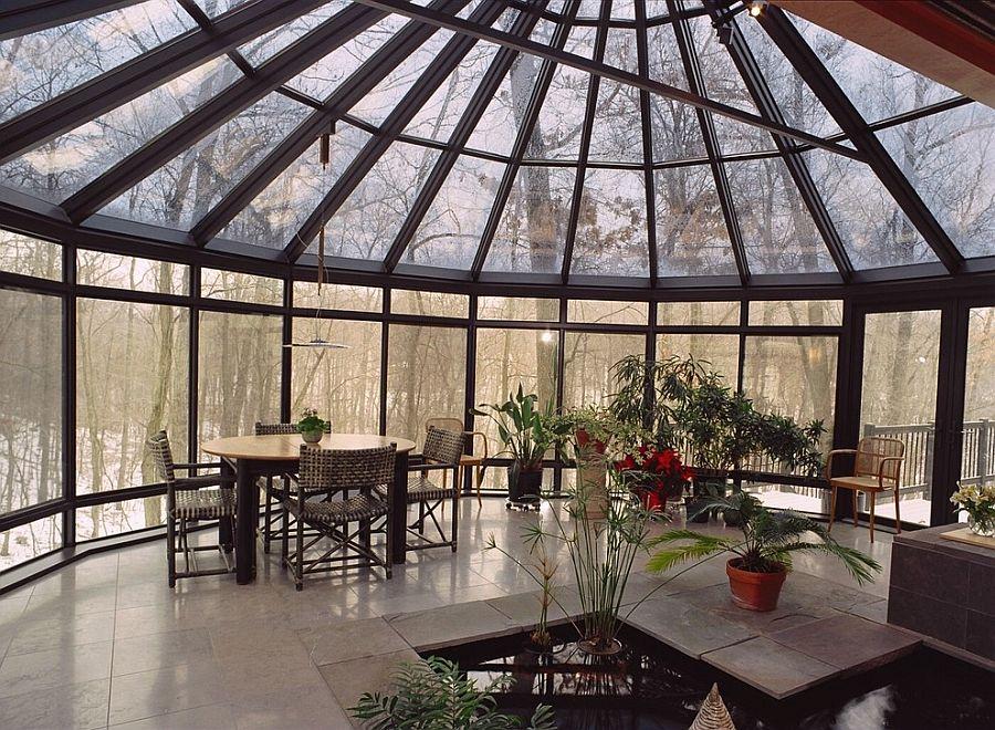 Интерьер террасы в азиатском стиле с тропическими растениями и искусственным водоемом