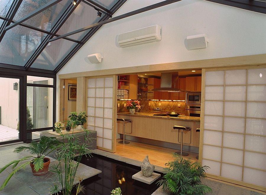 Интерьер террасы в азиатском стиле с искусственным водоемом