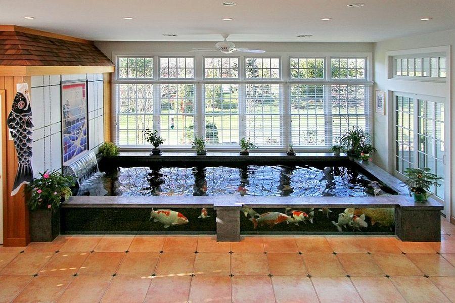 Крытый пруд в интерьере террасы в азиатском стиле