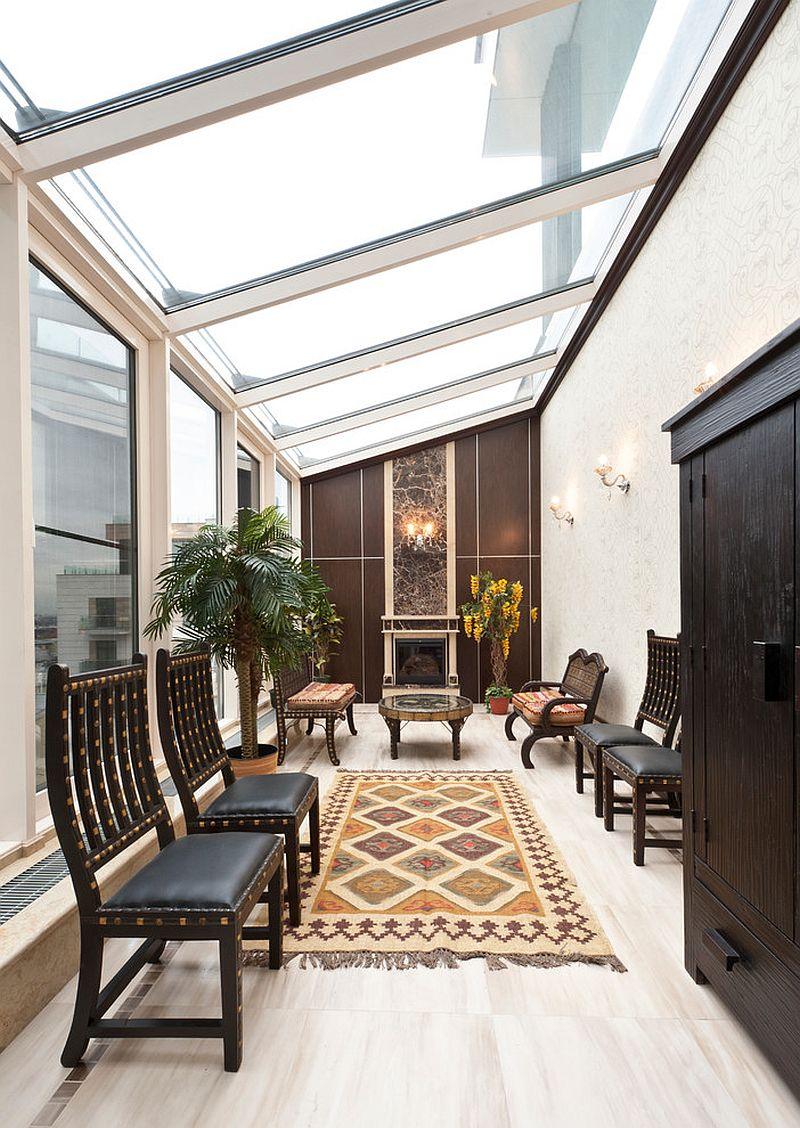 Дизайнерская мебель в интерьере застекленной террасы в азиатском стиле