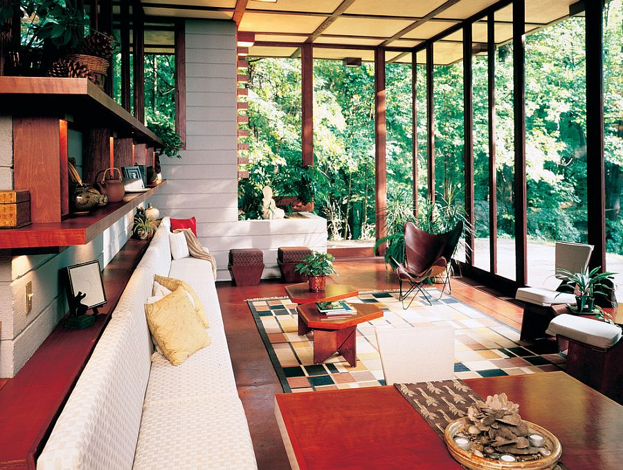 Яркий текстильный декор и дизайнерская деревянная мебель в интерьере террасы в азиатском стиле