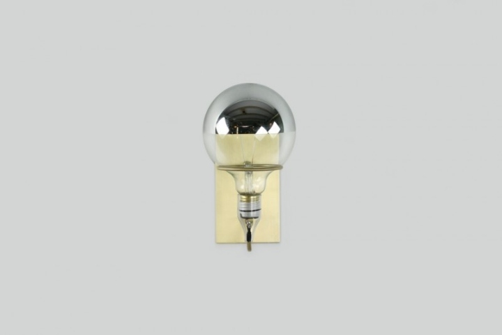 Лампочка латунной лампы Ring Sconce & Brass от дизайнера Brendan Ravenhill