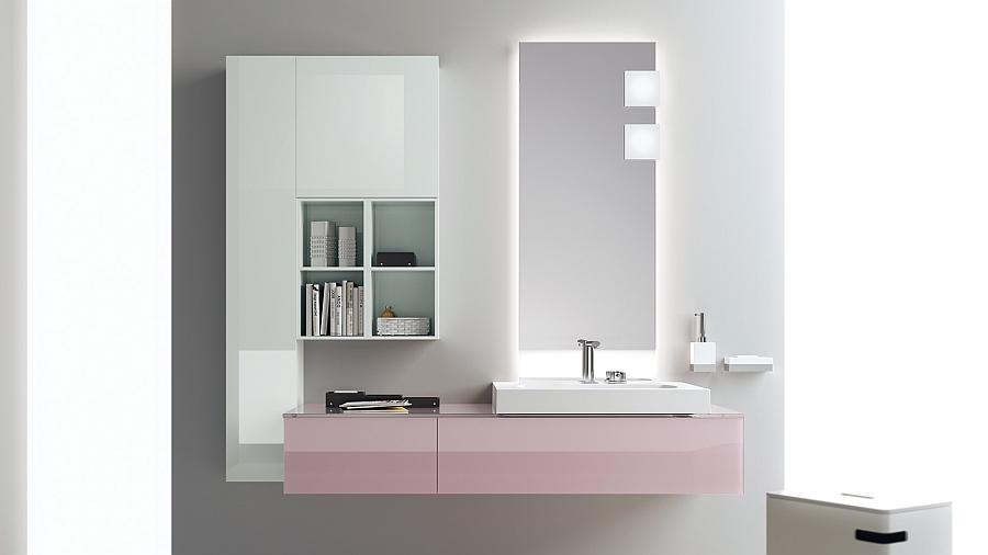 Яркие розовые шкафчики в интерьере ванной комнаты