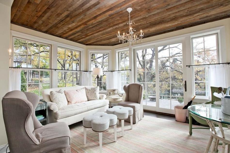 Дизайн деревянного потолка от Refined LLC  в интерьере комнаты