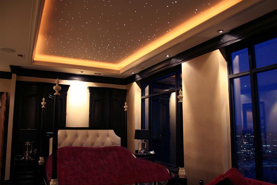 Дизайн потолка с имитацией звёздного неба в стильном интерьере спальни