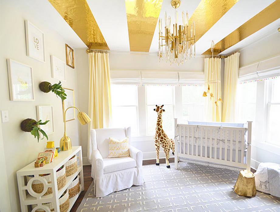 Дизайн потолка с золотыми полосами от Grace Mitchell в интерьере детской