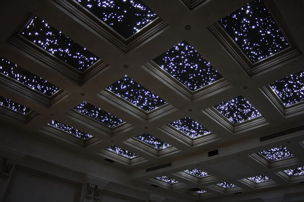 Дизайн потолка с эффектом ночного неба