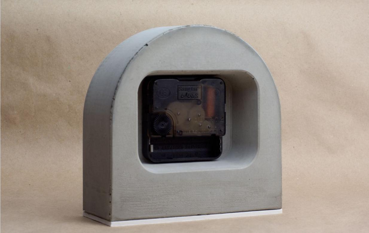 Необычные часы из бетона для интерьера