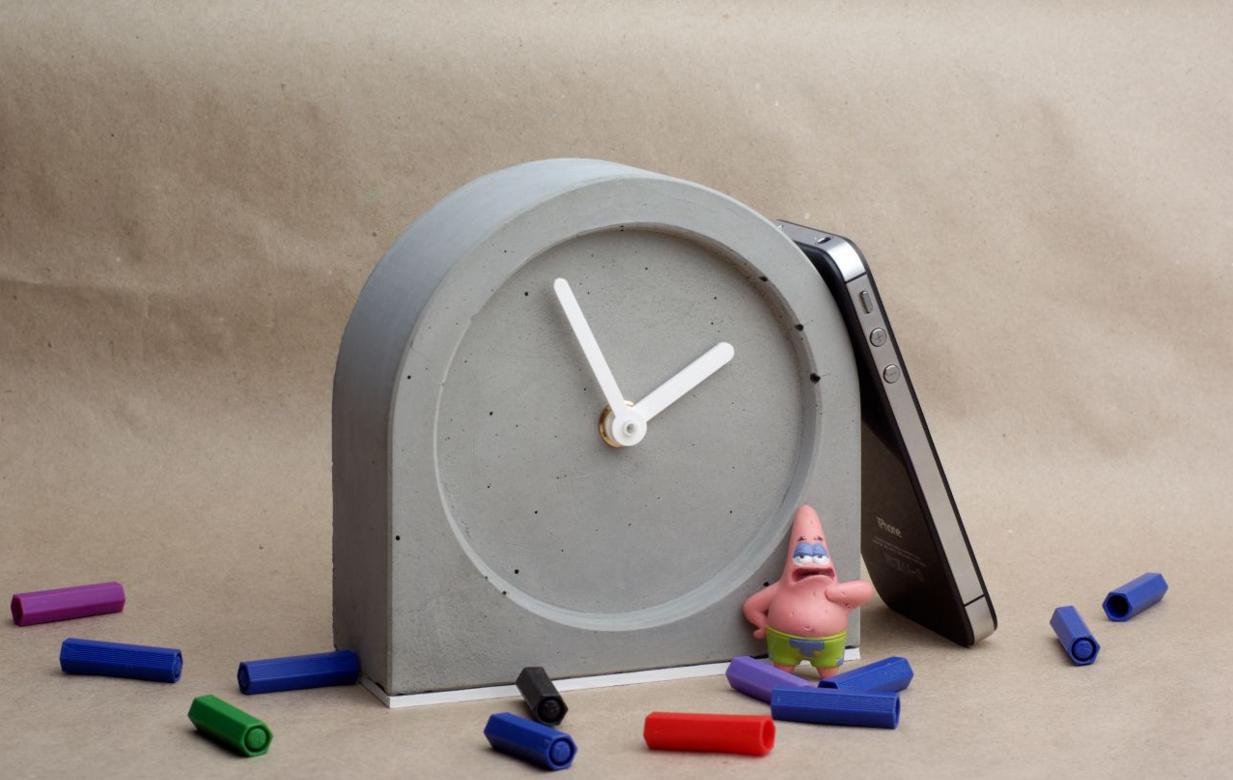 Оригинальные часы из бетона для интерьера