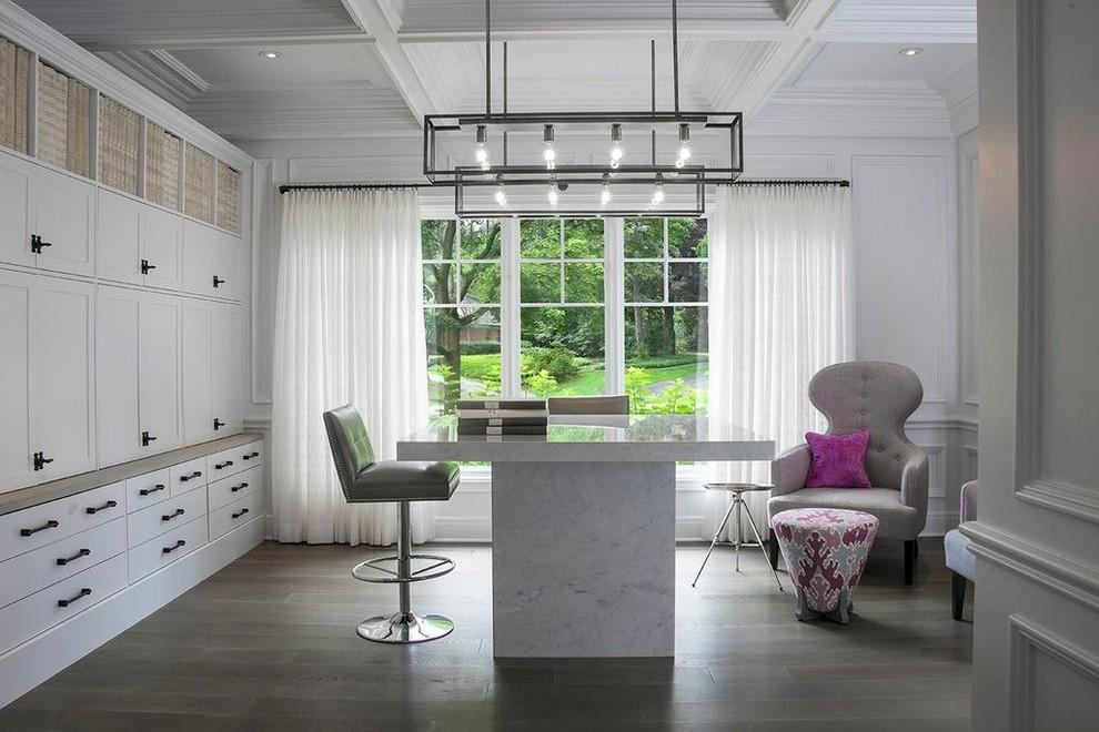 Оригинальный стол из белого мрамора в дизайне интерьера