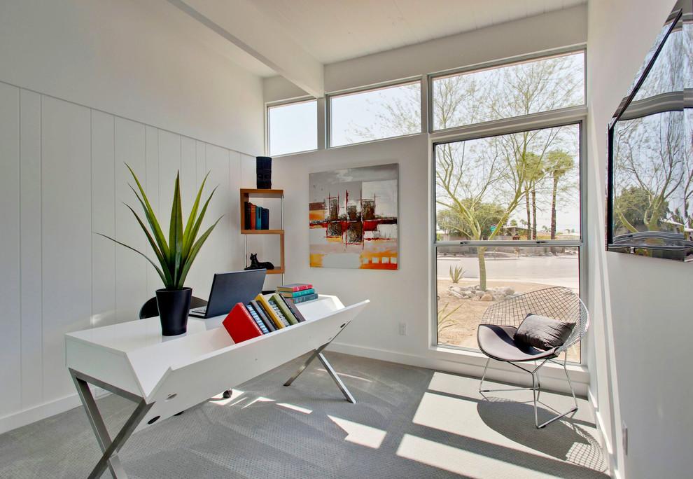 Креативный дизайн стола белого цвета в интерьере домашнего офиса