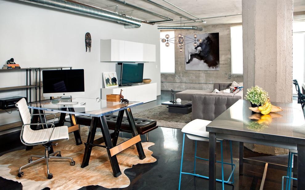Дизайн стола на чёрных козлах со стеклянной столешницей в интерьере гостиной