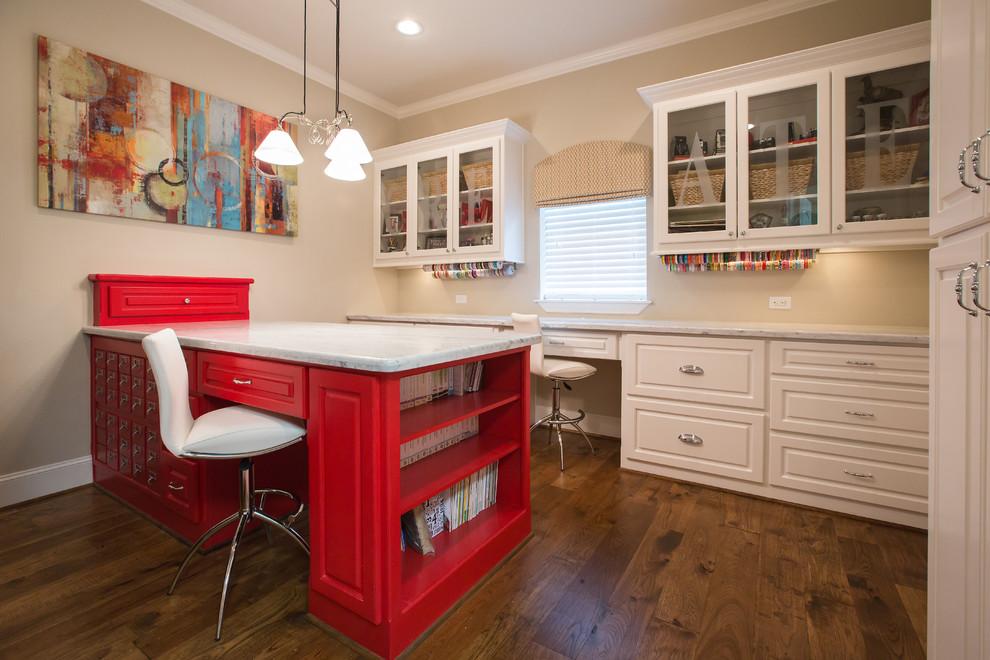 Ярко-розовый стол с белой мраморной столешницей в интерьере домашнего офиса