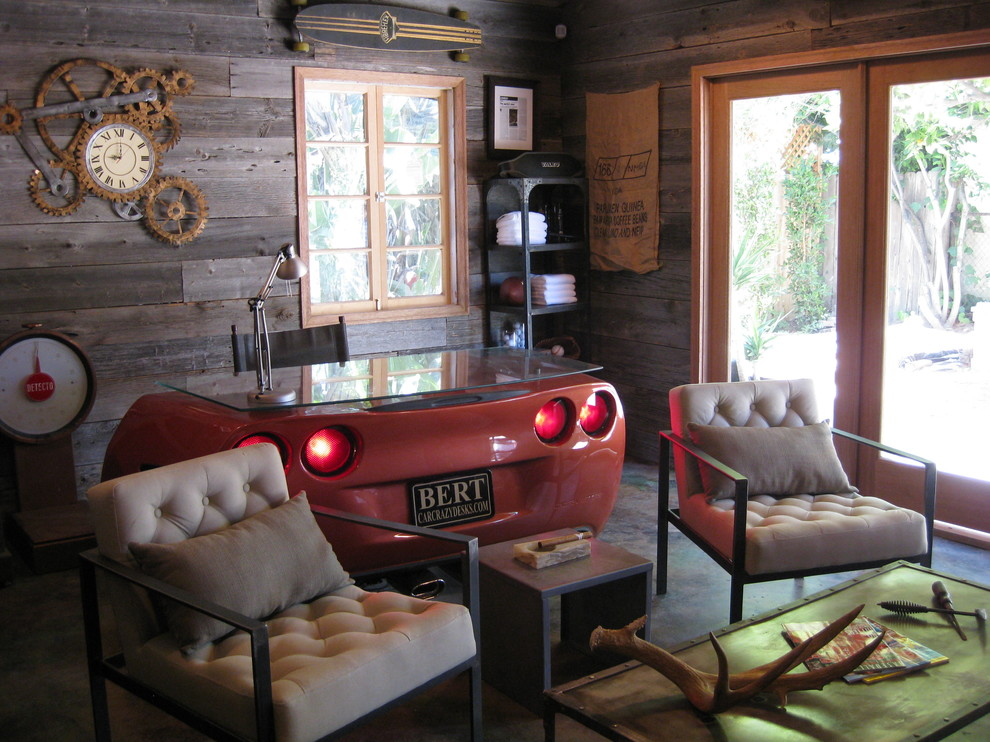 Уникальный дизайн стола в интерьере домашнего офиса