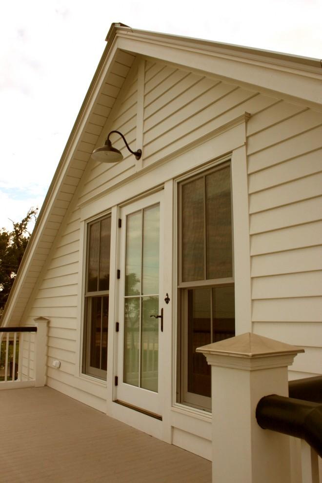 Красивый винтажный настенный фонарь на фасаде дома
