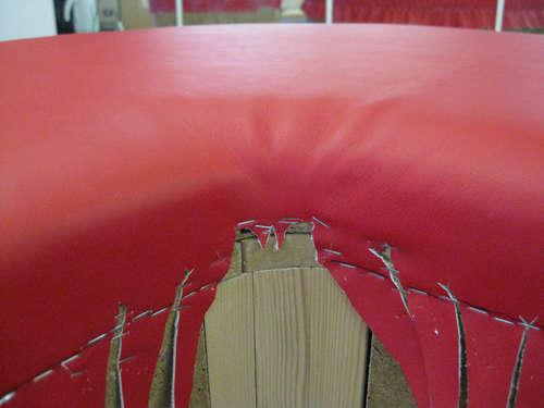 Обтяжка кожаной ткани полукруглого пуфика