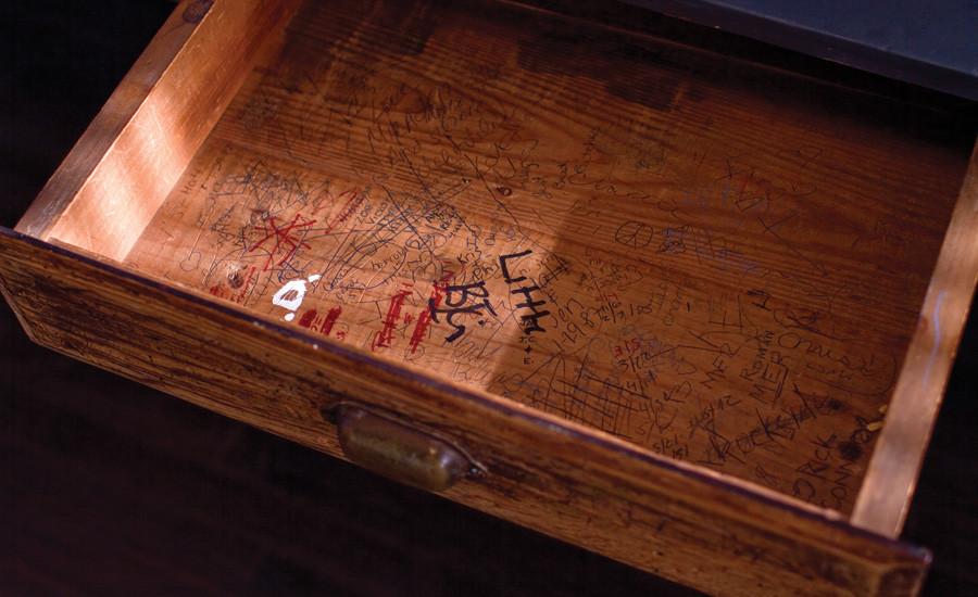 Выдвижной ящик в школьном столе