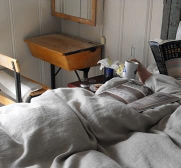 Школьный стол в интерьере спальни