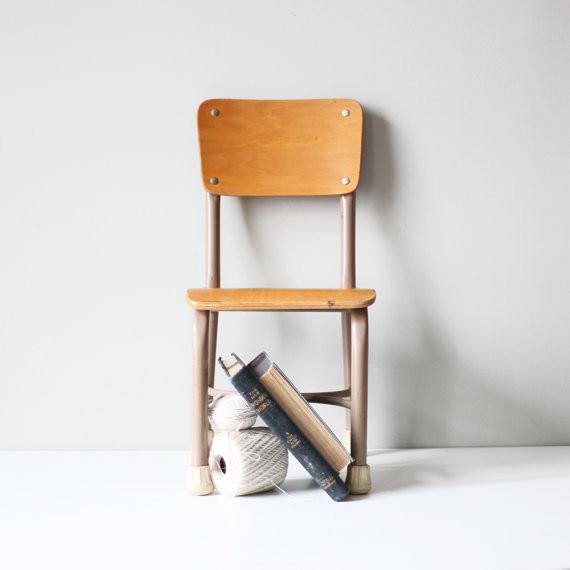 Чудесный деревянный школьный стул