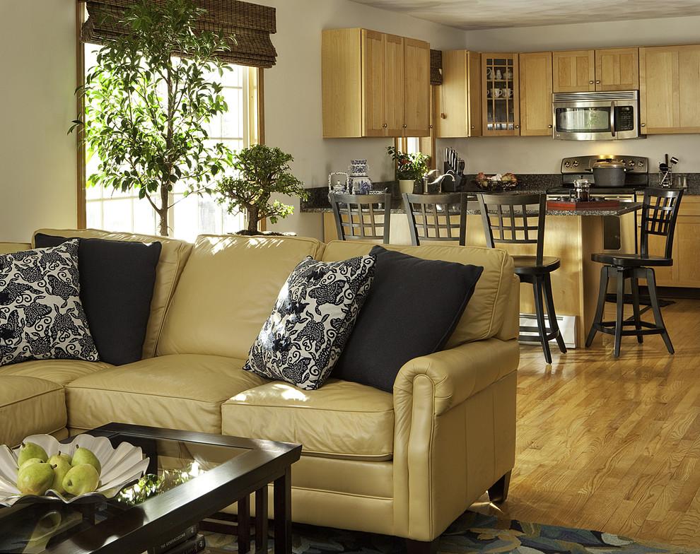 Бежевый кожаный диван в интерьере фото