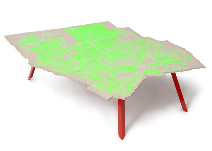 Салатовая поверхность стола от Эзри Тарази