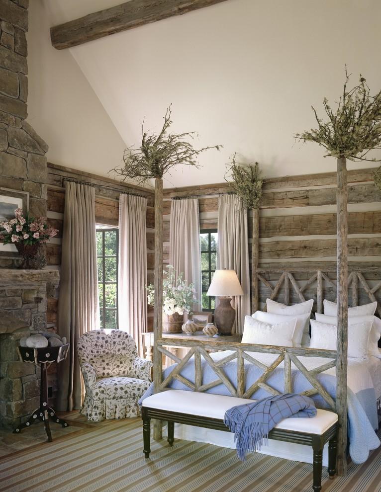 Деревянная кровать с балдахином в интерьере спальни