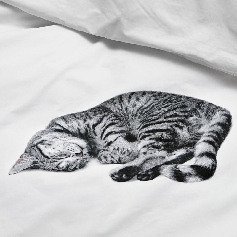Кошка на белом постельном белье от SNURK