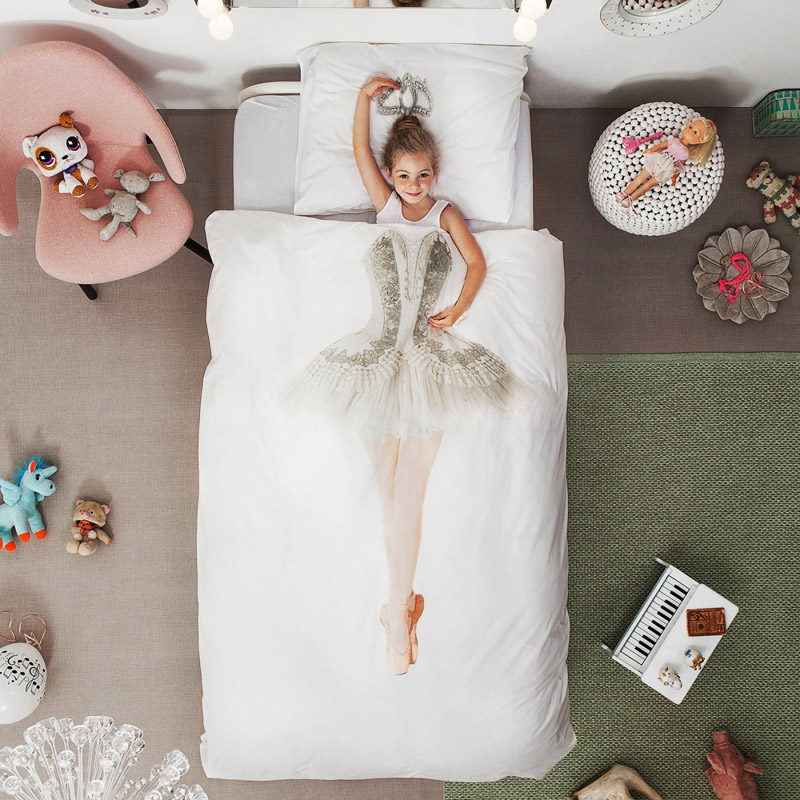 Девочка под постельным бельем
