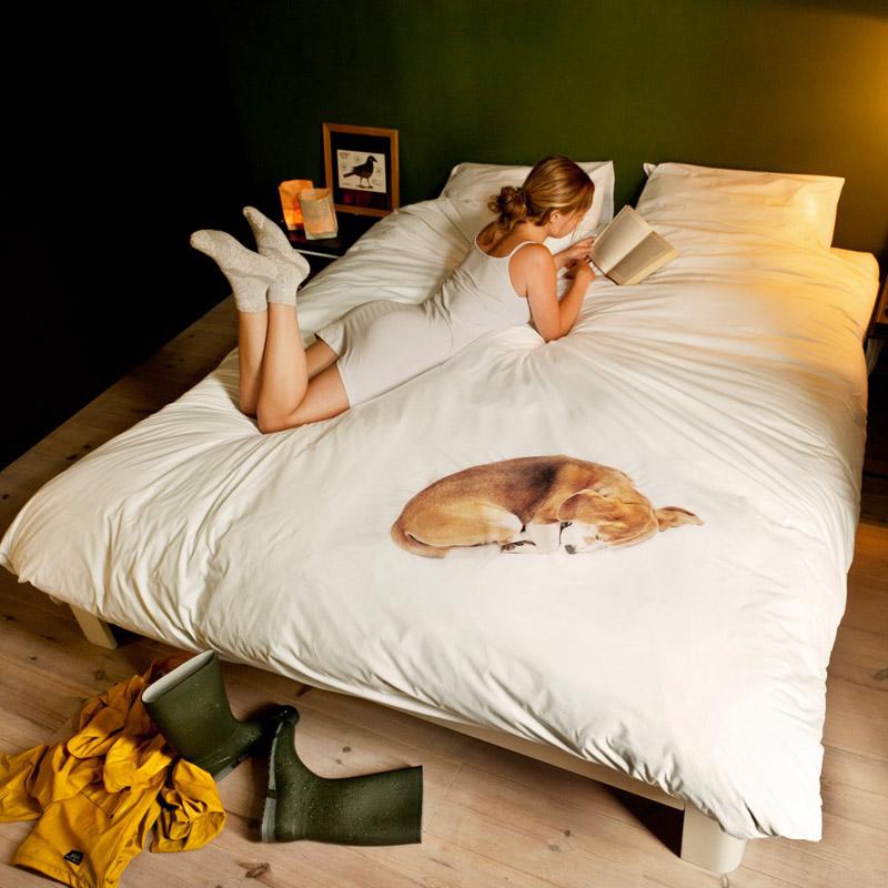 Девушка читающая книжку на постельном белье от SNURK