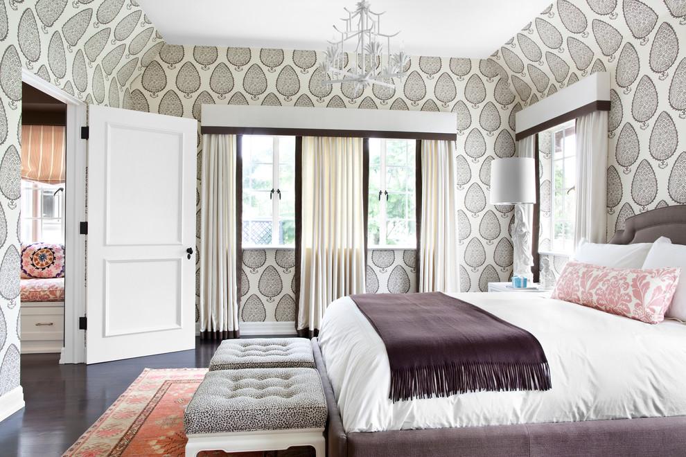 Кровать с белым постельным бельем