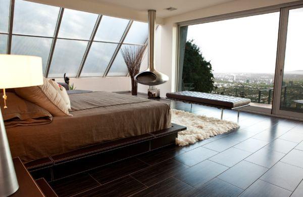 Яркое оформление спальни с камином