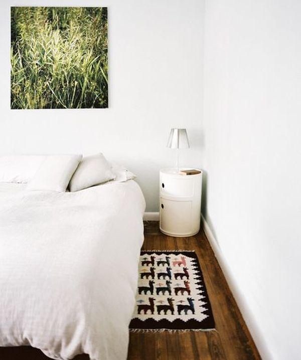 Чудесная тумбочка для хранения мелочей у кровати