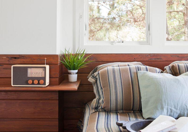 Роскошная тумбочка для хранения мелочей у кровати