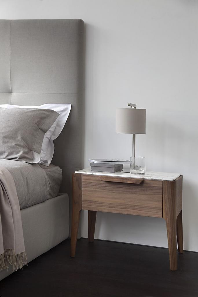 Чудесный деревянный прикроватный столик