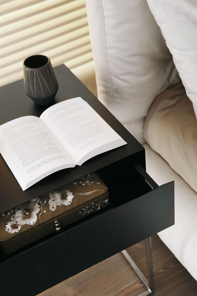 Прикроватная стильная тумбочка с ящиком для хранения