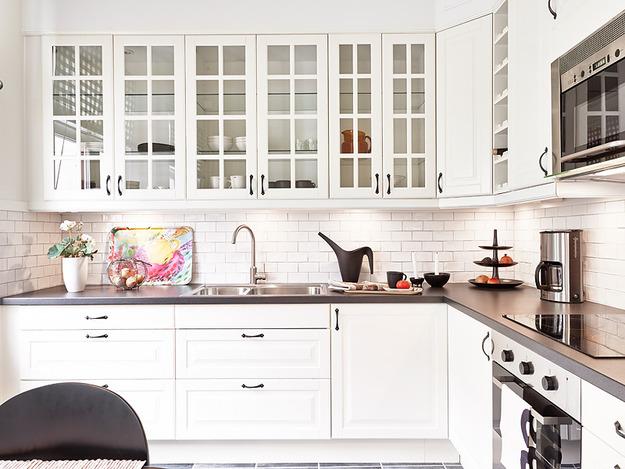 Светлый стильный кухонный гарнитур