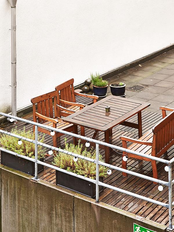 Деревянный балкон с зоной отдыха на свежем воздухе