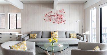 Белый интерьер просторной гостиной с яркими акцентами
