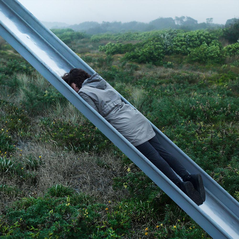 Сюрреализм в фотографиях: безликие спонтанные и минималистичные портреты от Бена Занка