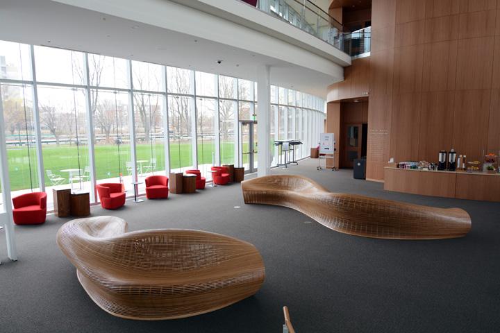 Красивая обтекаемая скамья от дизайнера Matthias Pliessnig